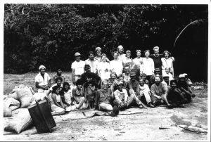 Joukko nuoria ryhmäkuvassa kahviviljelmillä Nicaraguassa.