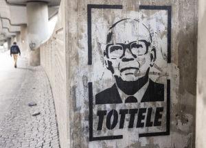 Betoniin maalattu graffiti presidentti Kekkosesta, jonka alapuolella on teksti: tottele