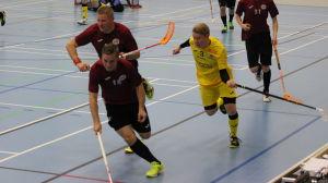 Knights Tero Martiskainen (gul skjorta) jagar LoSB:s Samuli Reijonen.
