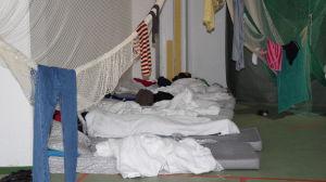 Madrasser på golvet i den tillfälliga flyktingmottagningscentralen i Evitskog