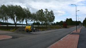 På bilden synns Strandvägen i Lovisa som just blivit så pass klar att bara asfalten fattas. En gul arbetsmaskin synns också.