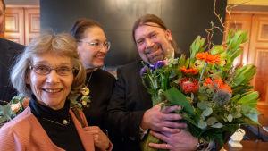 Prisceremoni med Ralf Andtbacka och Ulla-Lena Lundberg.