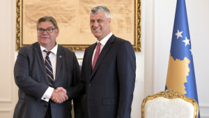 Utrikesminister Timo Soini och Kosovos president Hashim Thaçi i Pristina den 11 oktober 2017.