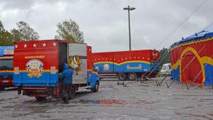 cirkusen har kommit till byn med tält och bilar