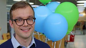 Mies Kuopion kaupunginkirjastossa.