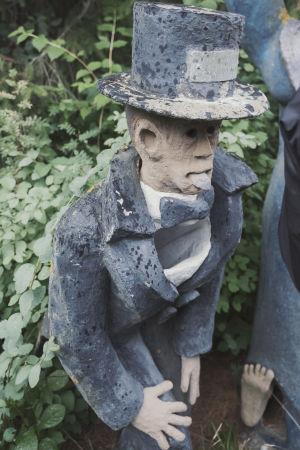 Postilaatikkona toimiva patsas, jolla frakki ja sylinterihattu, rinnuksen kohdalla kirjeiden mentävä aukko.