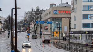 Vy över våt gata i Borgå centrum.