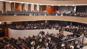 Yleisöä konserttisalin katsomossa
