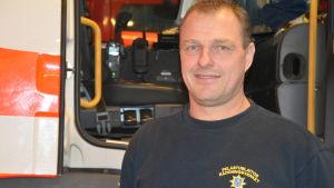 Peter Blåberg är förman vid räddningsverket i Ekenäs, nu för både brandmännen och ambulanspersonalen.