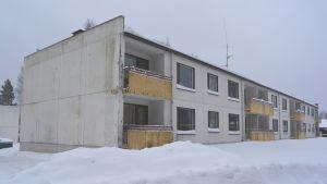 förfallet höghus i fredsby i lovisa