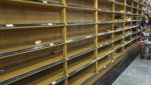 Bild från en matbutik med tomma hyllor i Venezuela.