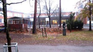 Kesämäenrinteen koulun piha ilman oppilaita