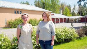 Pia Smeds och Hanna Ölander-Nilsson framför Veikars skola.
