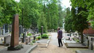 man på begravningsplats