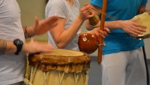 Capoeira spelas till traditionella portugisiska sånger.