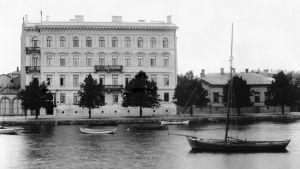 Foto av huset på Norra kajen 12 i Helsingfors taget år 1891.