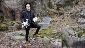 Tage Rönnqvist posar med drone.
