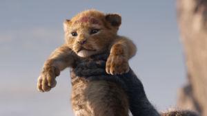 Bild från datoranimerade versionen av Lejonkungen. På bilden syns den nyfödda lejonungen Simba.