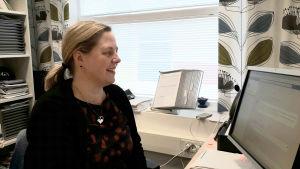 Monica Mattbäck, biträdande rektor i Borgaregatans skola sitter framför datorn i sitt arbetsrum.