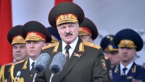 Vitrysslands president Aleksandr Lukasjenka talar vid en militärparad.