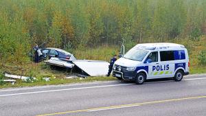 Poliser vid bilvrak