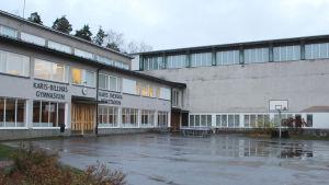 skolbyggnad en grå novemberdag