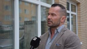 Kriminalkommissarie Mika Paaer intervjuas.