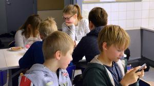 """Barn på """"föris"""" i Borgby skola i Sibbo"""