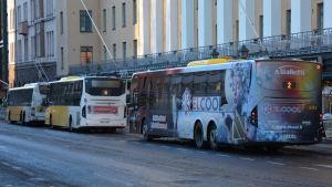 Flera bussar står på en busshållplats i Åbo.