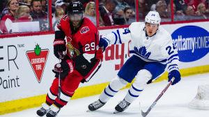 Ottawas Johnny Oduya och Torontos Kasperi Kapanen i en träningsmatch.