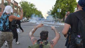 Demonstranter står mot polisen i Minneapolis.