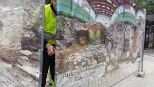 Reklamskylt över Turku goes underground- utställningen i Katedralskolan i Åbo.