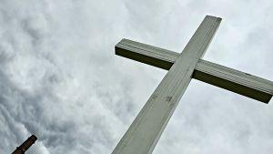 Ett kors bredvid minnesmärket för passagerarfartyget Estonias förlisning.