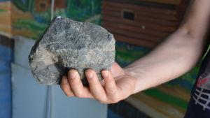 En stor sten kastades mot en anställd vid en pizzeria i Pargas.