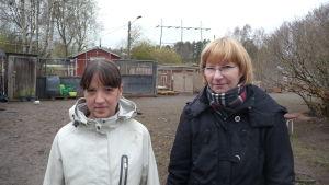 Niina Männistö från Koiratarha Kulkuri och aktiva föreningsmänniskan Birgitta Strömman.