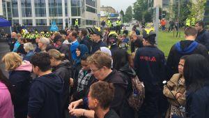 Axxellstuderande demonstrerar i Karis.