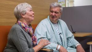Tapio on saapunut vaimonsa Helvin kanssa Meilahden sairaalaan.