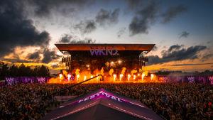 Weekend Festivalin lava ja yleisöä pimeällä, lavalla pyrotekniikkaa.