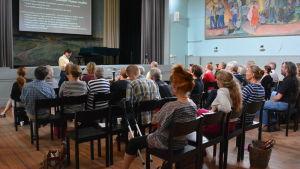 Dariusz Leszczynski föreläser i Lokalen i Fiskars.