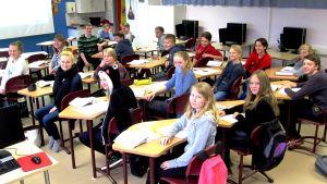 luokka 8 E tunnilla kaikki katsovat kameraan