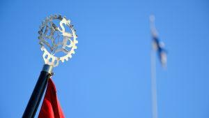 SDP-emblem och Finlands flagga