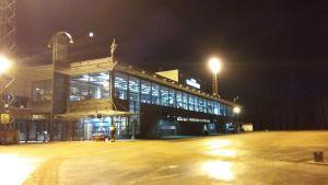 Åbo flygplats en vinterkväll.