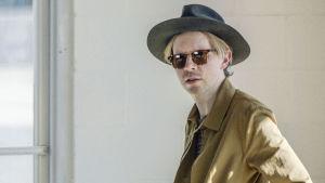 Beck on yksi kymmenistä artisteista kokeellisessa musiikkielokuvassa Station to Station (2015).