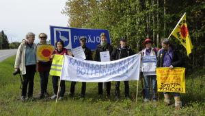 Rikssvenska kärnkraftsdemonstranter samlade vid Pyhäjoki-skylt