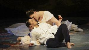 Sopraano Melanie Diener ja mezzosopraano Niina Keitel Richard Straussin oopperassa Ruusuritari, Suomen Kansallisooppera.