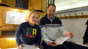 Elev och lärare på orgelläktaren.