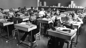 Skolelever som sitter i ett klassrum