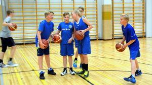 Basketträningar i gymnastiksal