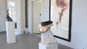 Två skulpturer i sten och metall inne i Näse gårds utställningsrum.