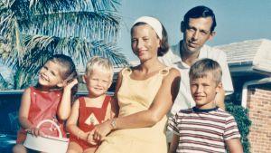 Bertrand Piccard med sina föräldrar och sina syskon år 1969.